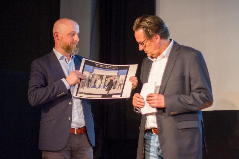 Im Namen des Unternehmerstammtisch kauft Frank Basten eine Aktie an der Schaubühne Lindenfels.